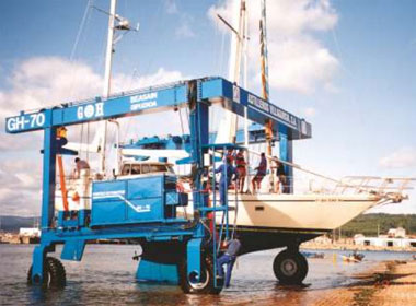Bringing Vessels on Shore: Mobile Hoists